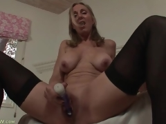 Solo mamma turns on her muff with a toy