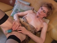 Mature in nylons and underware has dildo sex